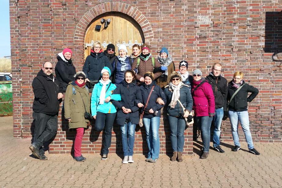 Insulaner unner sück 2016 - Gruppenaufnahme am Wasserturm auf Wangerooge